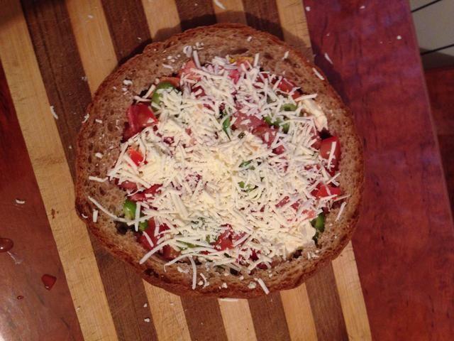 Encima añadir un poco de queso rallado