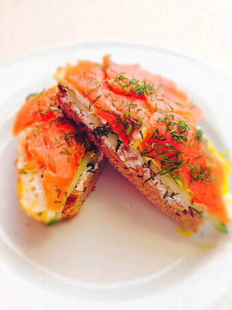 Cómo hacer fácil Desayunos: Sandwich con salmón ahumado y huevo Receta