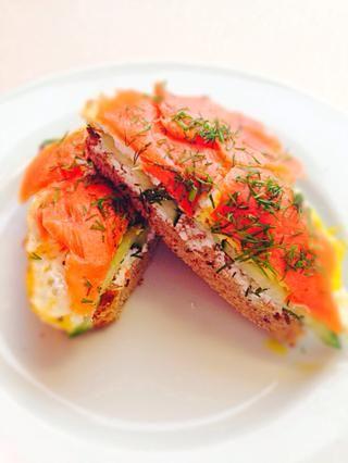 Coloca el huevo en la cima de su sándwich. Cubra todo con salmón y decorar con un poco de eneldo fresco en la parte superior. ¡Disfrutar!