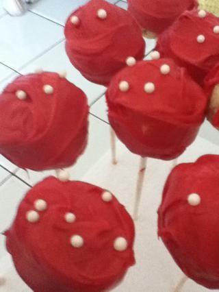 Otra manera fácil de decorar es añadir perlas de azúcar antes de que se seque de chocolate