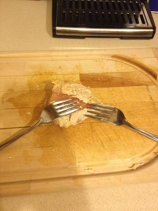 Si su trituración el pollo tomar dos horquillas para el pollo a alejarse. Sé que mi pollo es todavía crudo. Solo confía en mi :)
