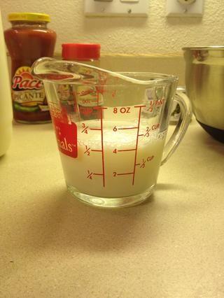 Mide 1/2 taza de leche.