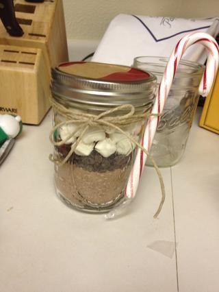 Luego trazar la parte superior de la jarra o añadir un poco de tela. Ate la parte superior con la cinta, guita. Añadir un bastón de caramelo y una etiqueta de regalo y listo !!