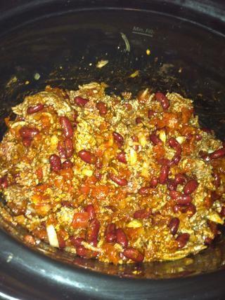 Añadir un chorrito de hojuelas de pimiento rojo y un poco de pimienta molida negro y mezclar todos los ingredientes juntos.