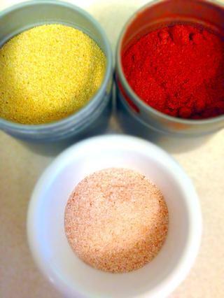 Añadir 1 cucharadita de sal, 1 cucharadita de pimentón dulce y 1/2 cucharadita de ajo en polvo