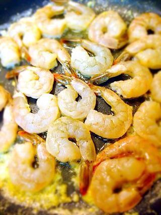 Agregue los camarones y cocine por un lado hasta que'll change to color pink then turn over.