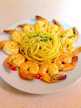 Organizar las pastas y camarones en un plato y adornar con perejil. ¿¿¿¿¿¿Disfrutar??????
