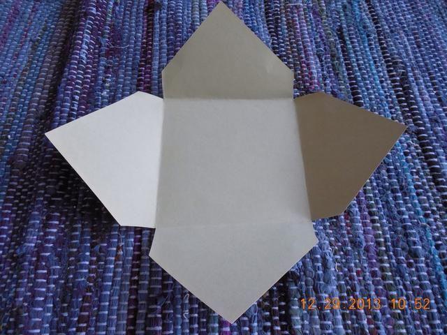 Gire el sobre lo que una flecha está apuntando hacia usted. Esta será la parte inferior de su sobre.