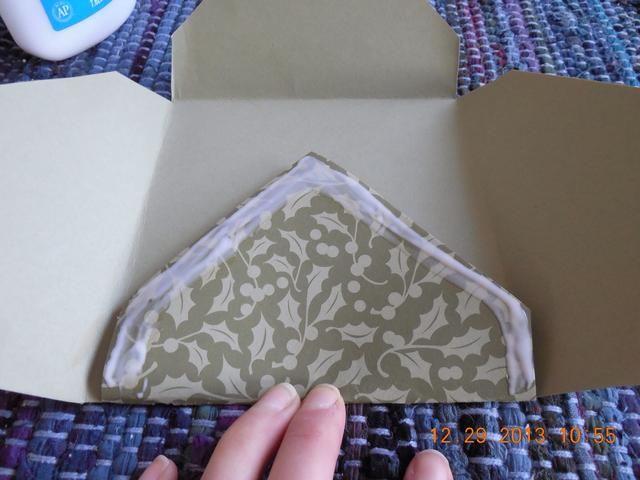 Aplique el pegamento a los bordes. Tenga cuidado de no conseguir el pegamento en el interior del sobre o será sellada.