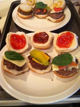 De izquierda a derecha: pepperjack queso hamburguesa - salsa de tomate, espinaca, pepperjack- barbacoa hamburguesa salsa - pepinillo, queso cheddar, barbacoa salsa- picante hamburguesa mostaza - salsa de tomate, espinaca, tomate, mozzarella.