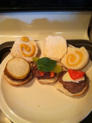 De izquierda a derecha: queso cheddar hamburguesa - pera, miel mostaza (sub: amarillo mostaza) - ajo pimienta hamburguesa - pepinillo, tomate, espinaca caliente hamburguesa de pimiento rojo - queso pepperjack, tomate, salsa de tomate.