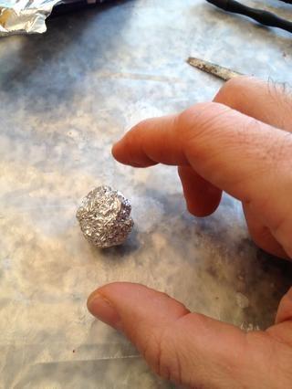 Usted es más pequeño que lo que usted espera que el tamaño final que es lo que puede estratificar el Sculpey sucesivamente. * el papel de aluminio protege la pieza final de grietas cuando se hornea y también ahorra materiales.