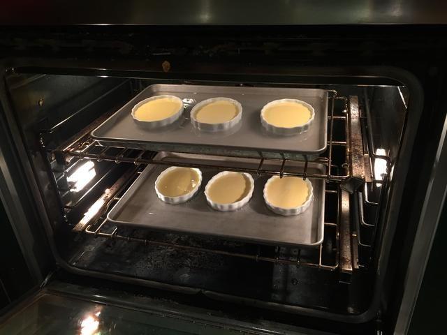 Colocar en una bandeja, en un horno precalentado a 325 grados Fahrenheit. Vierta el agua en la sartén hasta que alcanza hasta la mitad del plato cazuela.