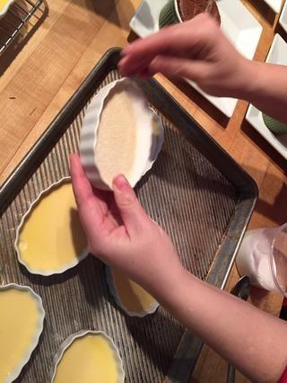 Creme Brulée se termina cuando se toca el borde del plato, y el contenido sacude ligeramente. Enfríe durante al menos cuatro horas. O durante la noche.