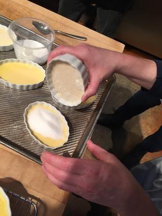 El siguiente paso es la caramelización. Espolvorear generosamente con azúcar granulada.