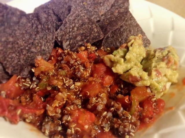 Agregue un poco de quinua a una porción y revuelva. Top con guacamole o el aguacate simple y utilizar algunos chips de maíz morado que echar mano!