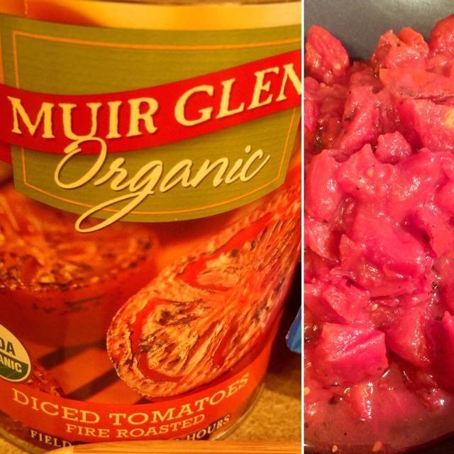 Agregue el 28 oz lata de tomates asados en cubos de fuego a su sartén.