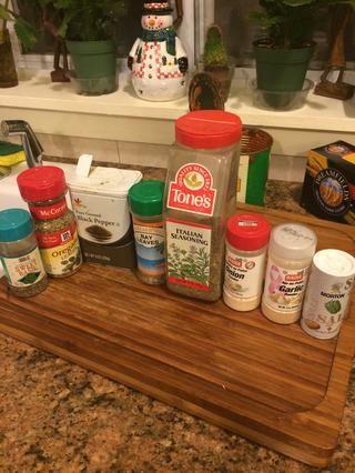 Estos son los condimentos que utilicé en la salsa. Y el perejil se mezcló en la ricotta.