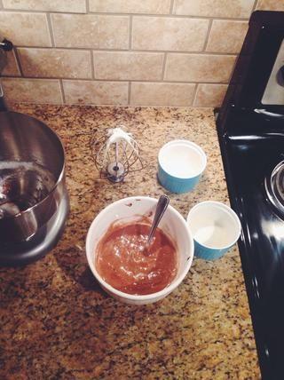 Trabajar claras de huevo en la mezcla de Nutella plegando los dos juntos. Doblar oposición a la mezcla. No lo hagas más de trabajo. Vierta la mezcla en sus dos platos y golpee suavemente en una superficie plana para eliminar el aire.