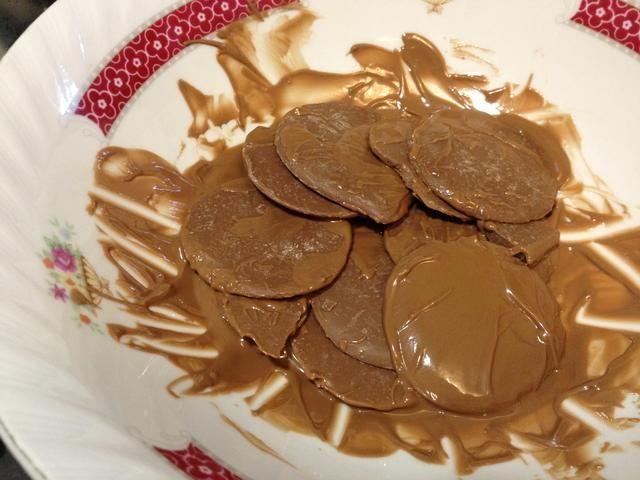 Comience fundir el chocolate! Mantenga agitación y asegúrese de que el ISN de calor't too high