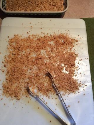 Utilice papel encerado sobre una superficie espolvoreada con los cacahuetes granulados de antes.