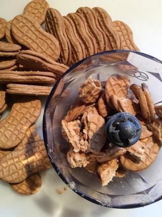 Romper las galletas en trozos y colocar en un procesador de alimentos.