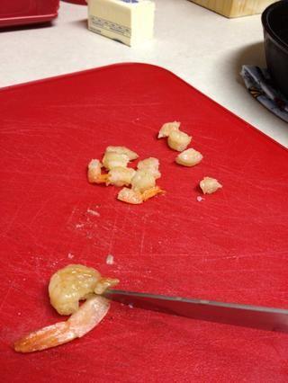 Tome colas después de cocinado y picar los camarones en trozos