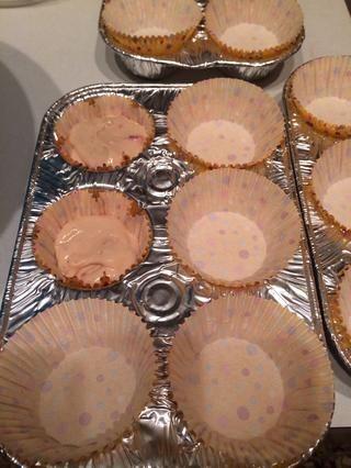 Distribuir la masa en los pozos para muffins. Hornear en horno precalentado durante 18 a 22 minutos o hasta que las tapas de las tortas rebotar cuando poco tocado.