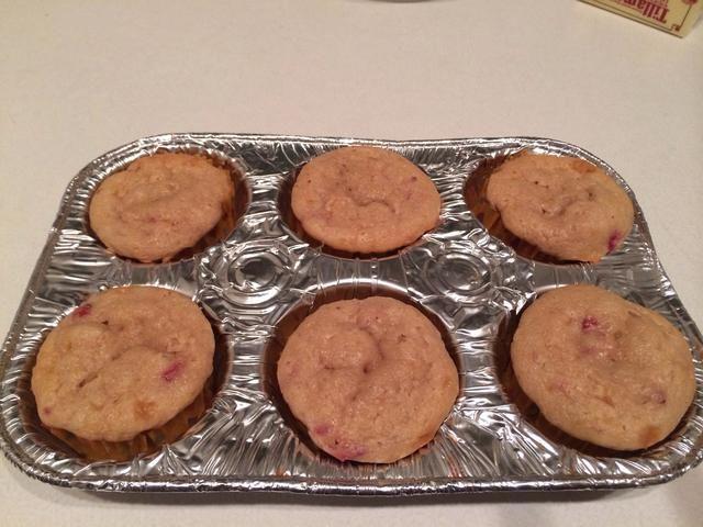 Retire pastelitos de moldes para muffins y dejar completamente sobre una rejilla para que pueda preparar su crema de vainilla.