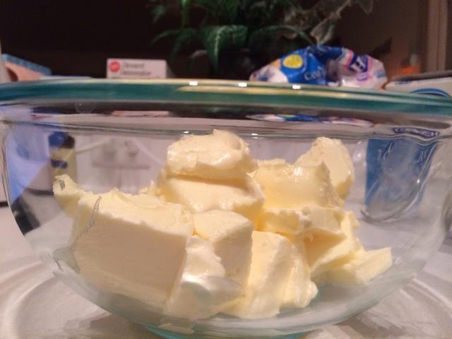 Batir la mantequilla a velocidad media-alta durante unos 5 minutos.