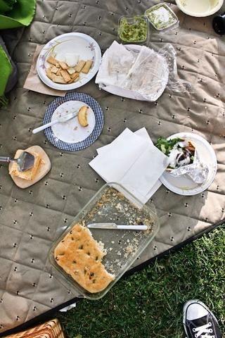 Sirviendo a la focaccia con un poco de Plinio El Viejo cerveza, un poco de vino, Cypress Grove chevre y manzanas, que era bastante la fiesta.