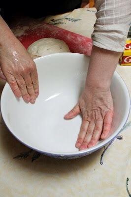 Engrase ligeramente un tazón grande con el aceite de oliva. Frote el aceite alrededor del interior de la taza.
