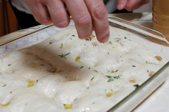 Espolvorear un poco de azúcar por encima de la dough.Cover la focaccia con un paño de cocina y dejar reposar para descansar de nuevo en la sartén durante unos 45 minutos