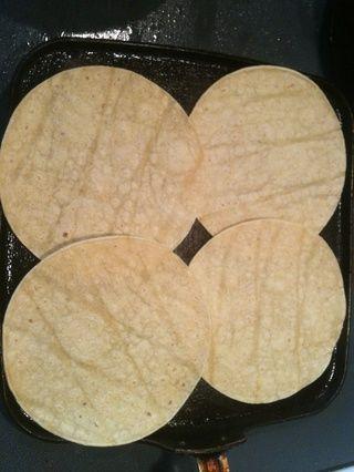 Calentar un poco de tortillas en la misma sartén.