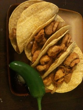 Saque la carne en tortillas calientes. Yo no't realize I had no more sour cream until I was done cooking =( .So make sure you have your favorite taco topping. And don't forget the Jalapeño =D Hope you enjoy.