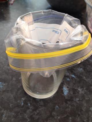 Coloque una bolsa de cierre rápido en el interior de una taza. Esto hace que sea mucho más fácil de cuchara la mezcla en él.