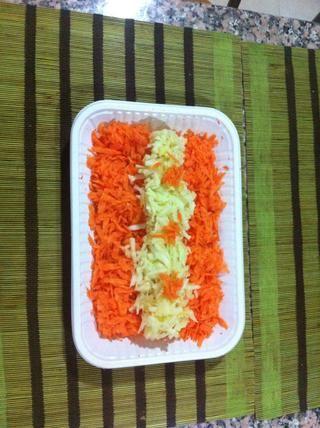Triture las zanahorias y las manzanas y luego mezclarlos