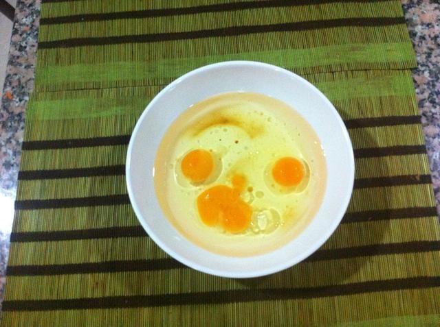 Mezclar todos los ingredientes húmedos juntos. Aceite, los huevos y el extracto de vainilla