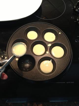 Después del cepillado cada pocillo con la mantequilla, agregue 1 cucharadita de pasta.