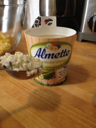 Añadir una cucharada de la mantequilla de hierbas extendido a las yemas de huevo se derrumbó, más una pizca de sal y pimienta.