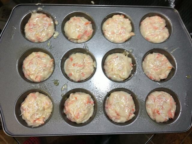 Vierta la mezcla en un molde para muffins y espolvorear con coco restante.