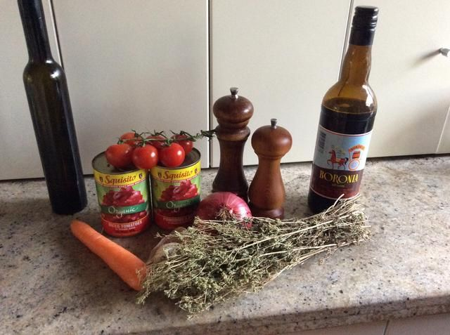 Suavizar el ajo y la cebolla en el aceite de oliva Agregar las zanahorias tomates y el vino se rompen los tomates con una cuchara de madera. En una olla subir el fuego y cocine duro durante 15 minuetos. Entonces Espolvorear el orégano.