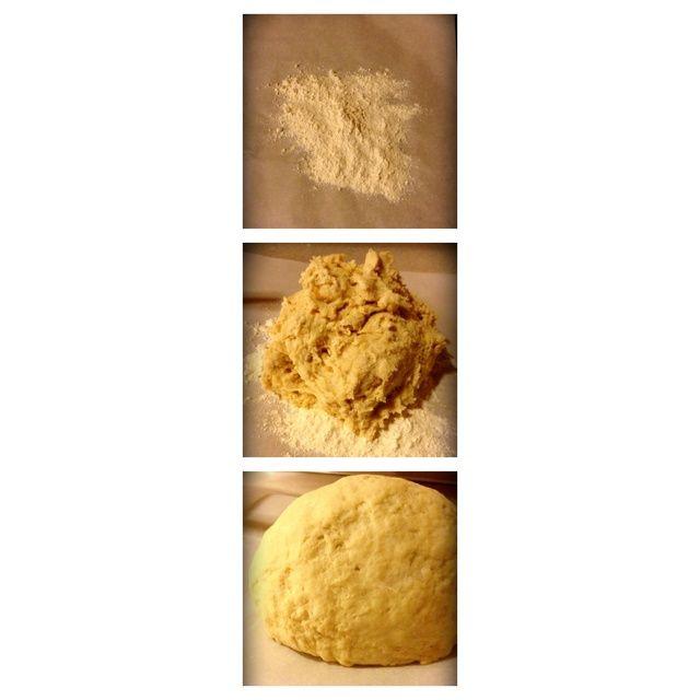 Ponga la harina reservada en papel pergamino, poner la masa en la parte superior. Amasar en toda la harina.