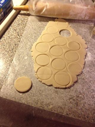He utilizado una tapa coctelera de martini para cortar mis galletas a cabo. Las cookies son el tamaño perfecto para no pequeña no grande.