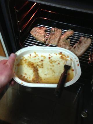 Hilvanar la carne con la salsa restante / adobo