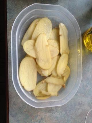 Cortar un par de patatas muy finas con un cuchillo afilado o máquina de cortar con el antiguo arte chino de