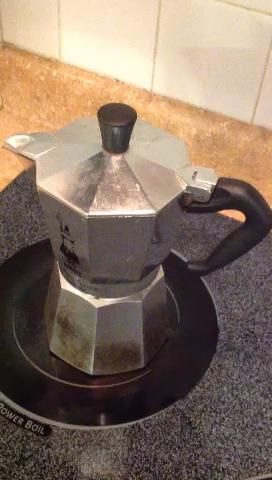 Quédate cerca. En unos 10 minutos el café se hará o casi hecho. Si aquí