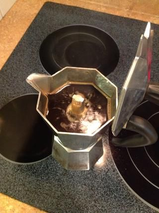 Aquí está una olla acabada de espresso. Nótese cómo el café está en el labio de la boquilla. Esta línea equivale a la línea de agua en el pozo de agua que utilizó antes. Si el café llega aquí,'s done.