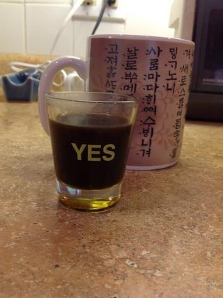 Tire el café de la estufa. Vierta tres disparos de un onza en su taza (o dos- su elección). Añadir azúcar al gusto.