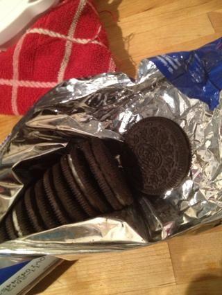 Abra el paquete de galletas Oreo (puede agregar cualquier cosa que le apetezca)